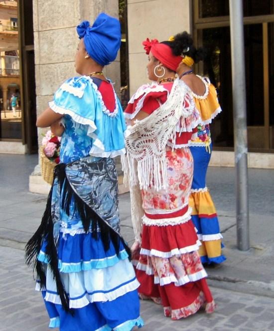 """Mujeres ataviadas a la antigua usanza """"colonial"""""""