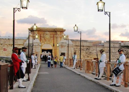 """Entrada a la Cabaña... Ceremonia del """"Cañonazo de las 9"""", imagen cedida por L.E.N"""