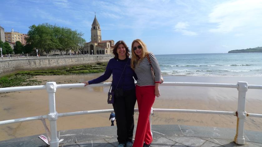 Con Adela enseñándome su ciudad