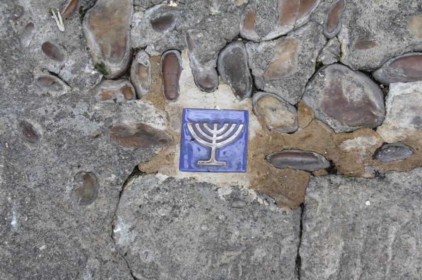 Símbolo judío en una calle adoquinada