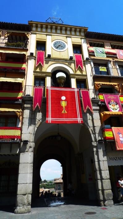 Puerta dentro de la plaza Zocodover al otro lado, una conocida estatua de Cervantes