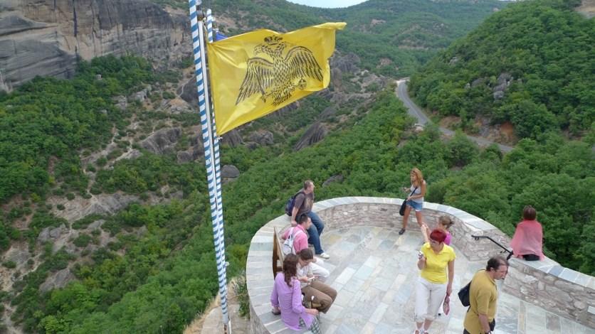 Banderas de Grecia ondean en todos los monasterios