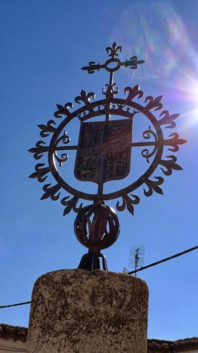 Frente a la Iglesia Parroquial se alza esta cruz