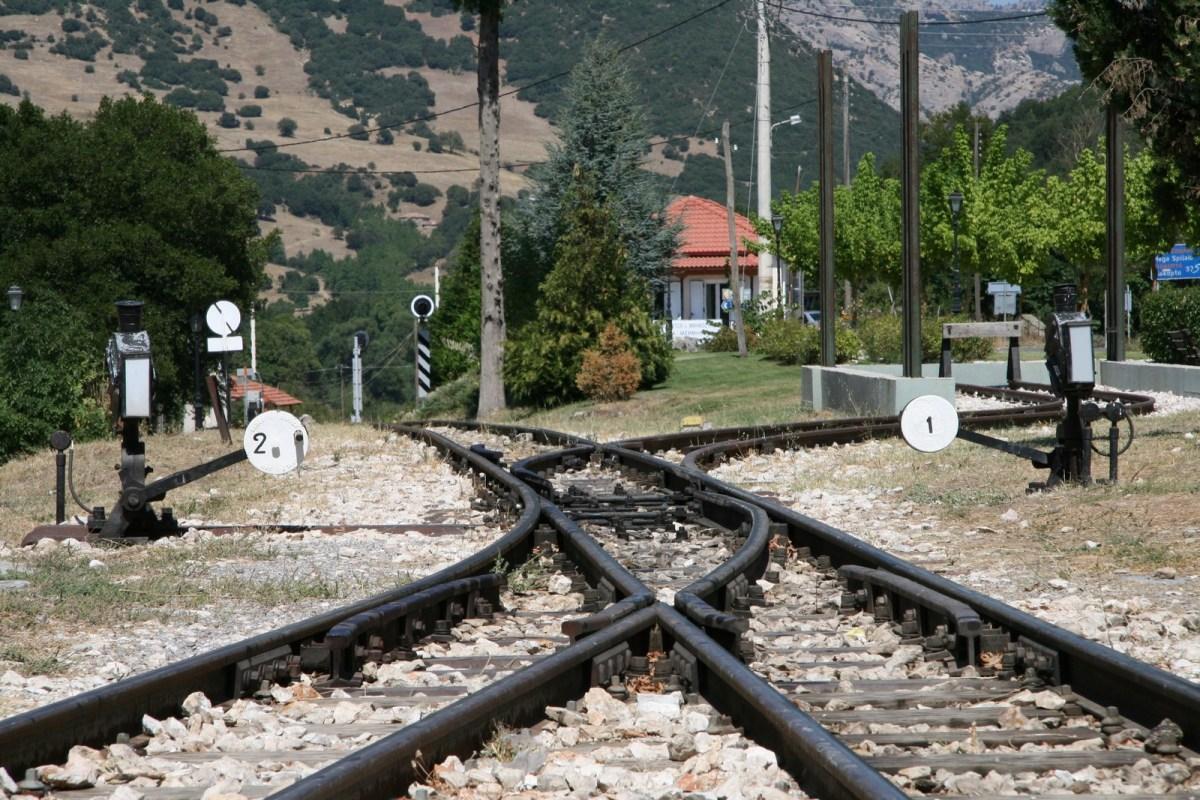 Un tren turístico entre Diacopto y Calaurita, Peloponeso (Grecia)