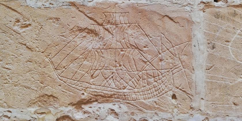 Gafrities tallados en piedra en la antigua cárcel