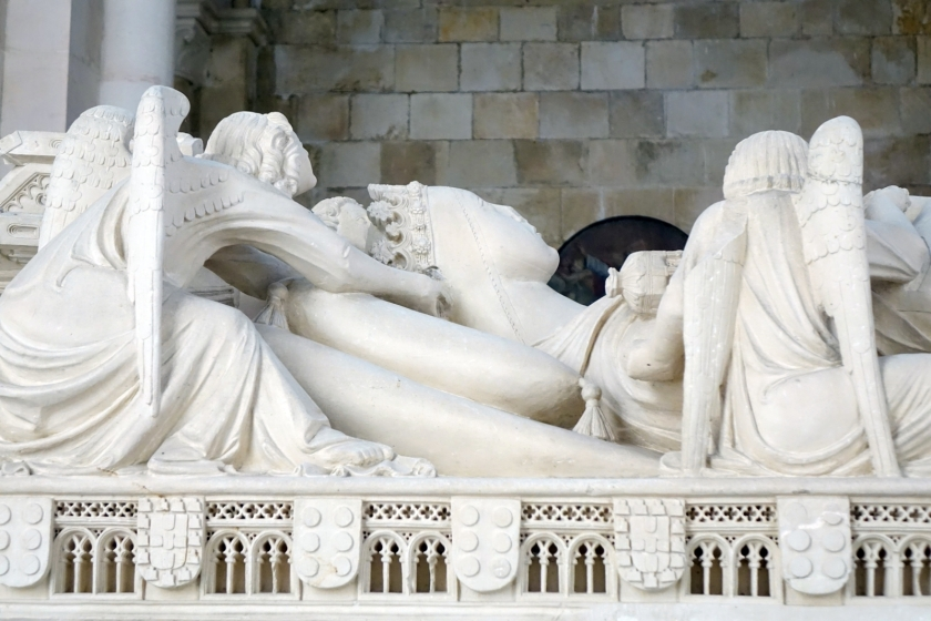 Doña Inés, declarada reina después de su muerte y sostenida por ángeles