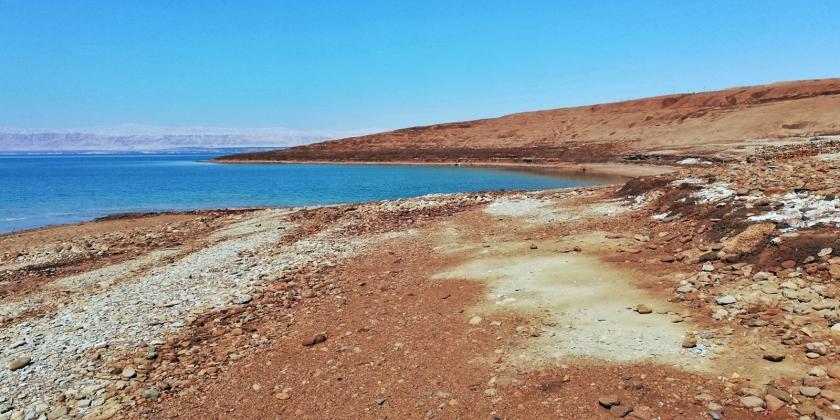 Un mar que poco a poco va bajando su nivel y dejando sedimentos de sal