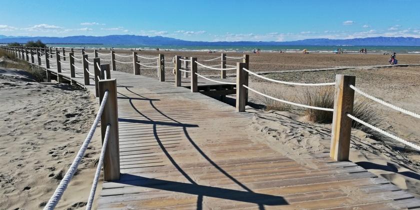 Pasarela entre las dunas a la playa